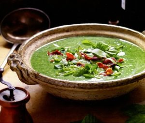 Суп из кресс-салата и мяты с беконом