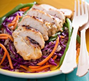 Салат с бурым рисом и курицей гриль